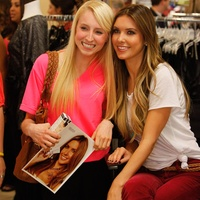 News_Audrina Patridge signs an autograph_fan