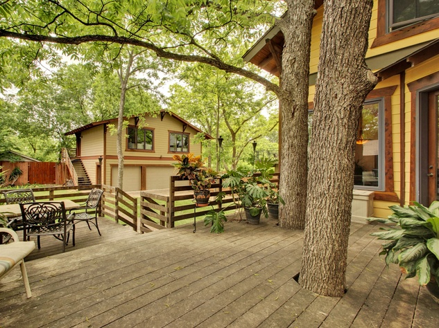 Austin home for sale 607 East 49th Hyde Park exterior deck backyard