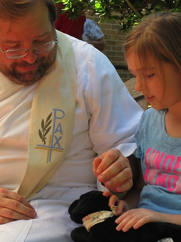 """7 Katie Oxford Blessing of the Animals at Bellaire United Methodist March 2015 Pastor Flagg, """"Raven"""" and Rachel"""