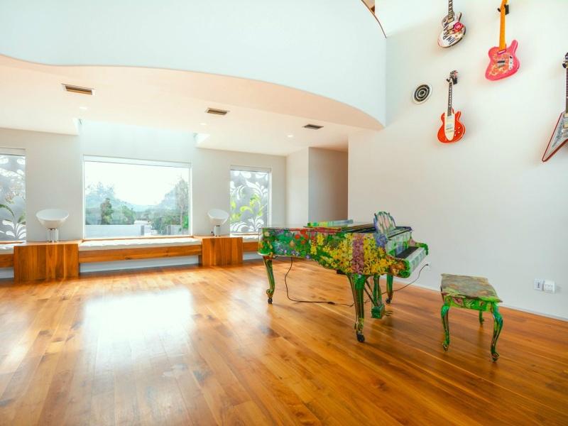 Slideshow austin philanthropist 39 s quirky home hits the for 14515 ridgetop terrace austin tx
