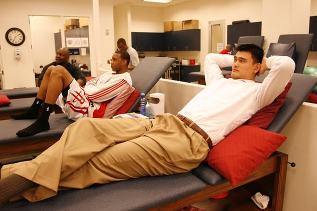 Yao Ming stuck in an all-too familiar spot during his playing career ...