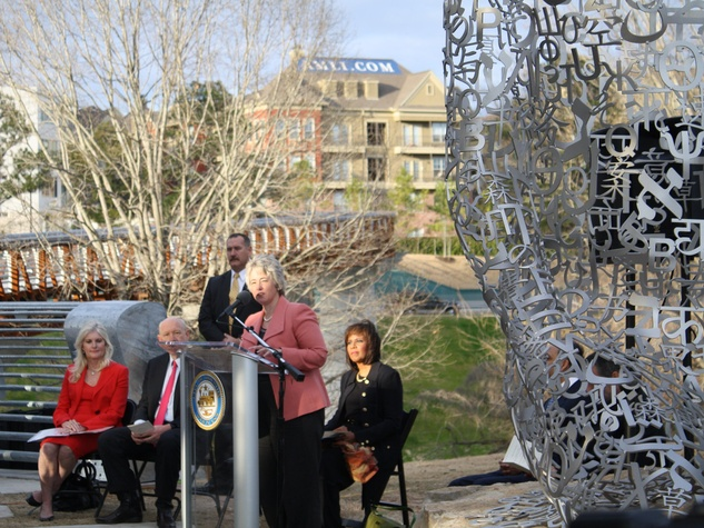 News_sculpture unveiling_Jaume Plensa_Mayor Annise Parker