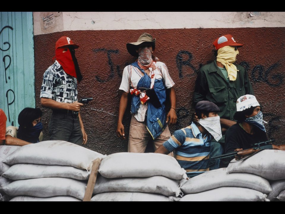 MFAH, War-Photography, November 2012, Meiselas - Muchachos Await Counter Attack