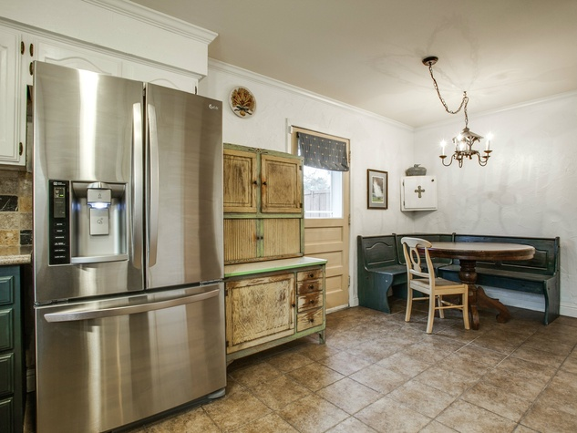 Eat-in kitchen at 1500 Stoneham Place in Richardson