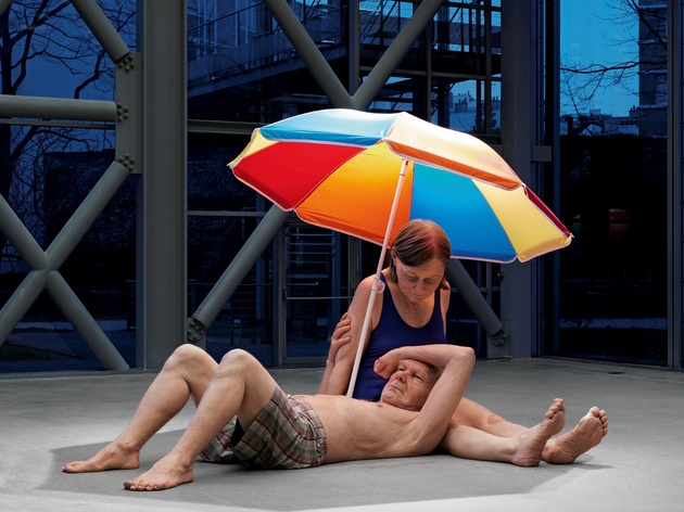 Ron Mueck: Couple under an Umbrella