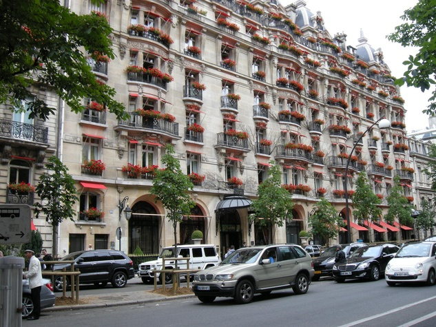 on the avenue montaigne 5 ways to enjoy famous paris. Black Bedroom Furniture Sets. Home Design Ideas