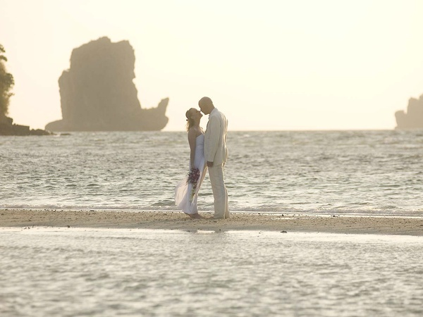 News_bride_groom_beach_ocean