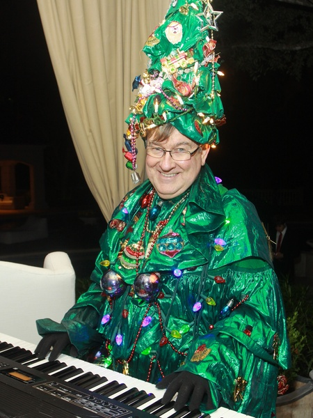 5 marshall maxwell dressed as mr christmas performing at the md anderson - Mr Christmas Tree