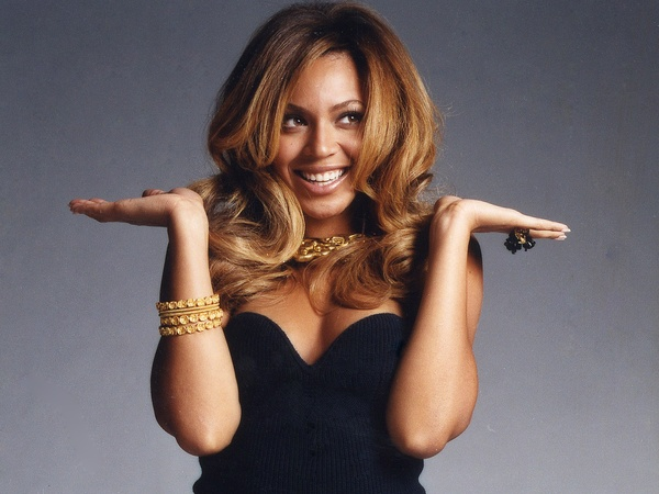 Beyonce_black_dress_gold_jewelry_this_one