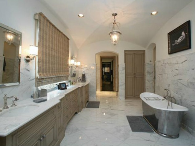 Master bath at 3801 Normandy Ave. in Dallas