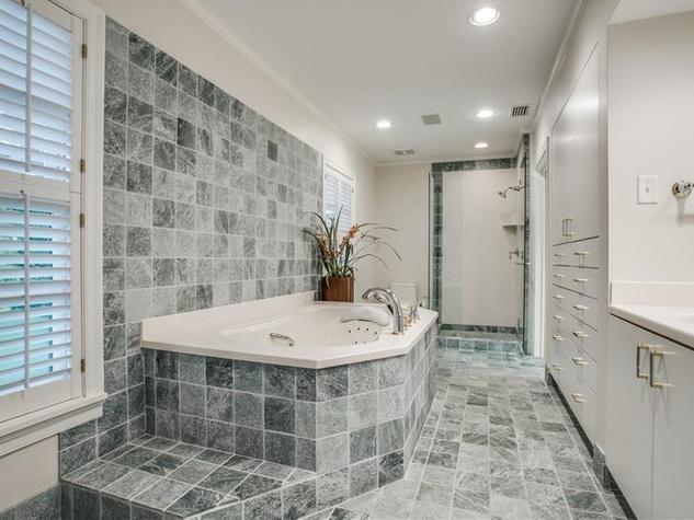 4009 Armstrong bathroom
