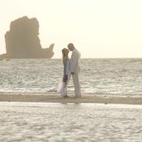 News_bride_groom_beach_ocean