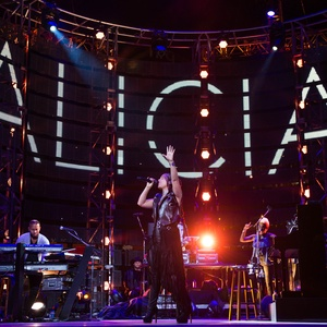 this girl is on fire: alicia keys dazzles in emotional