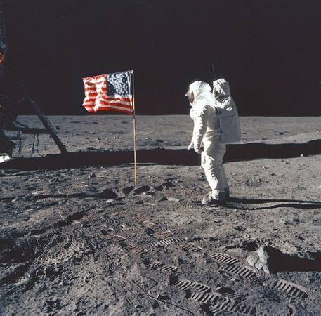 News_Neil Armstrong_moon_flag