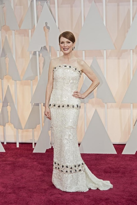 Julianne Moore on red carpet at Oscars