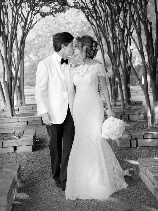 News_Sachse-Florescu wedding_May 2012_garden_kissing