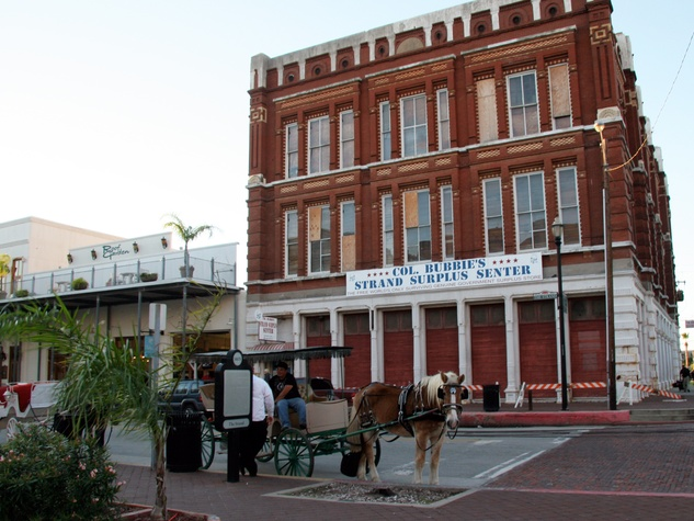 Col. Bubbie's Galveston exterior with horse-drawn carriage