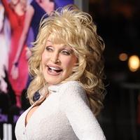 News_Dolly Parton_posing