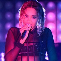 Beyonce at 2014 Grammys on chair