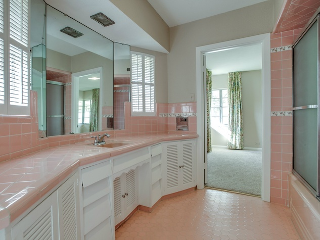 813 Connally, bathroom