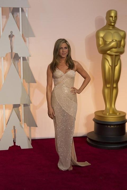 Jennifer Aniston on red carpet at Oscars