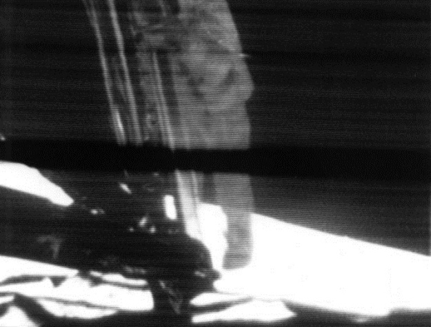 News_Neil Armstrong_Apollo_11_first_step