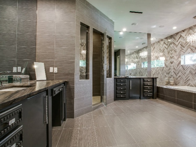Master bath at 8211 Inwood Rd. in Dallas