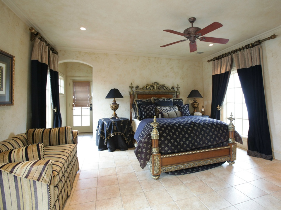 Guest room at 9925 Lakeway in Dallas