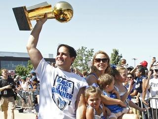 Mark Cuban raises the NBA championship trophy