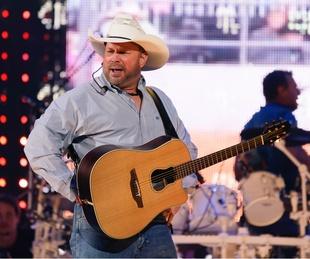 Garth Brooks opening night RodeoHouston pose