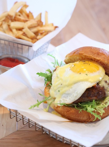Dee Lincoln Steak & Burger Bar, Benedict burger