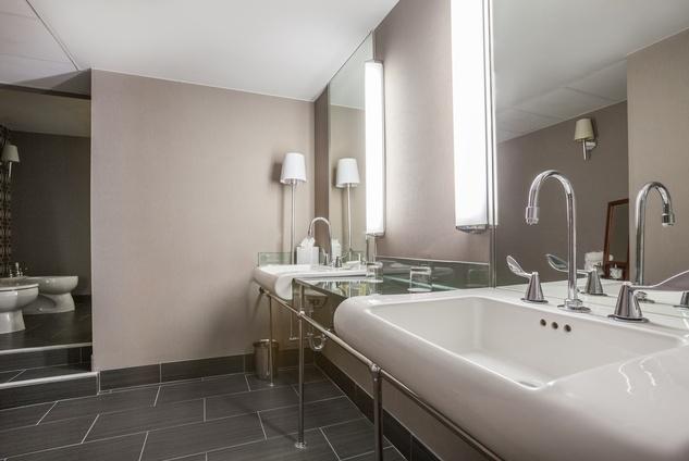 Hotel Derek penthouse October 2014 bathroom