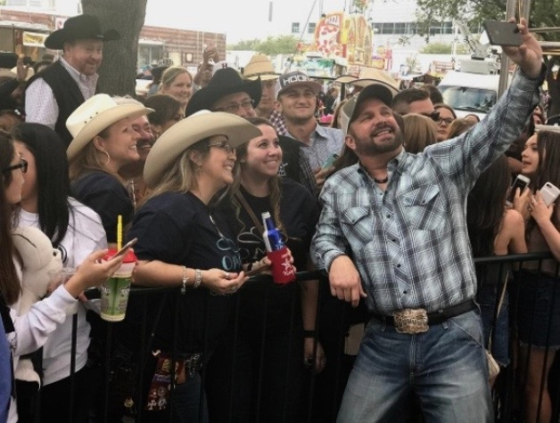 Garth Brooks poses for selfie with fans to announce RodeoHouston appearances