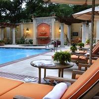 News_Hotel pools_Hotel Granduca_lounge chairs