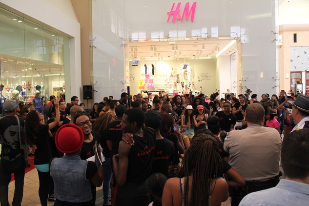 H&M Willowbrook Opening, Crowd, June 2012