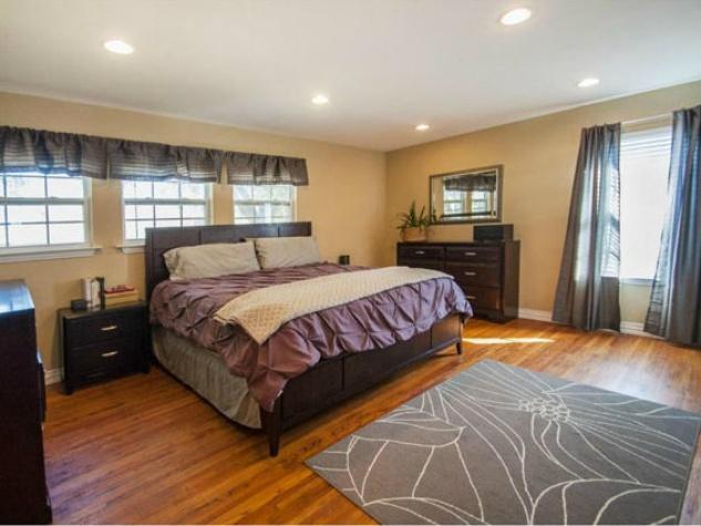 Master bedroom at 806 Knoll in Dallas