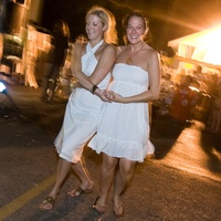 News_White Linen Night_two girls