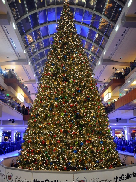 see the galleria s massive christmas tree get decorated in 25