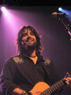 News_Bob Schneider_with guitar