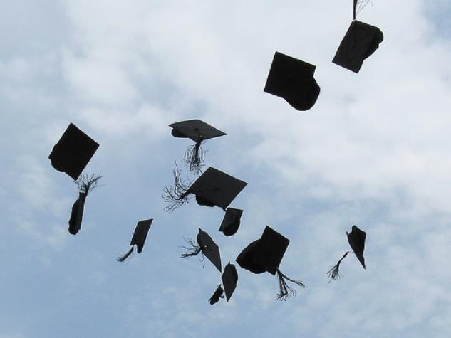 News_graduation_graduation caps_cap toss