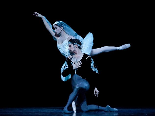 Karina Gonzalez and Joseph Walsh in Houston Ballet's production of La Bayadere
